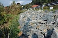 Bild Steinschlichtung an der Uferböschung des Treimischer Teiches (Bau und Fertigstellung)