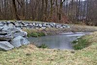 """Bild Neu geschaffene Wasserfläche und Trockenmauer in der Nähe des ehemaligen Gasthauses """"Tigerwirt"""""""